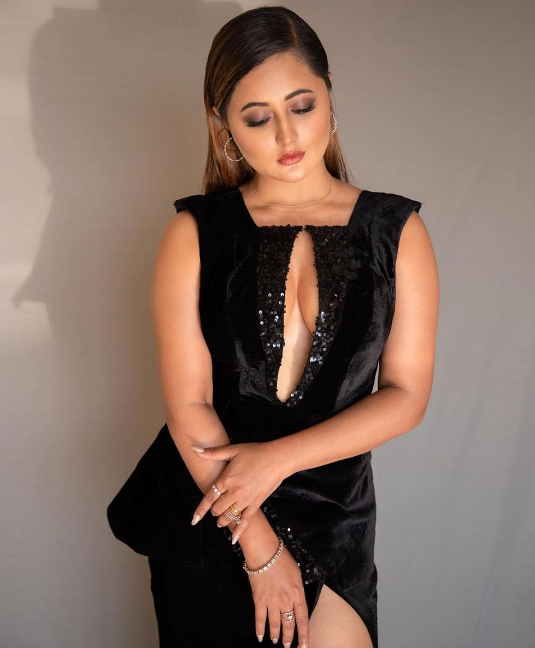 rashmi-deshai-black-bold-look-india